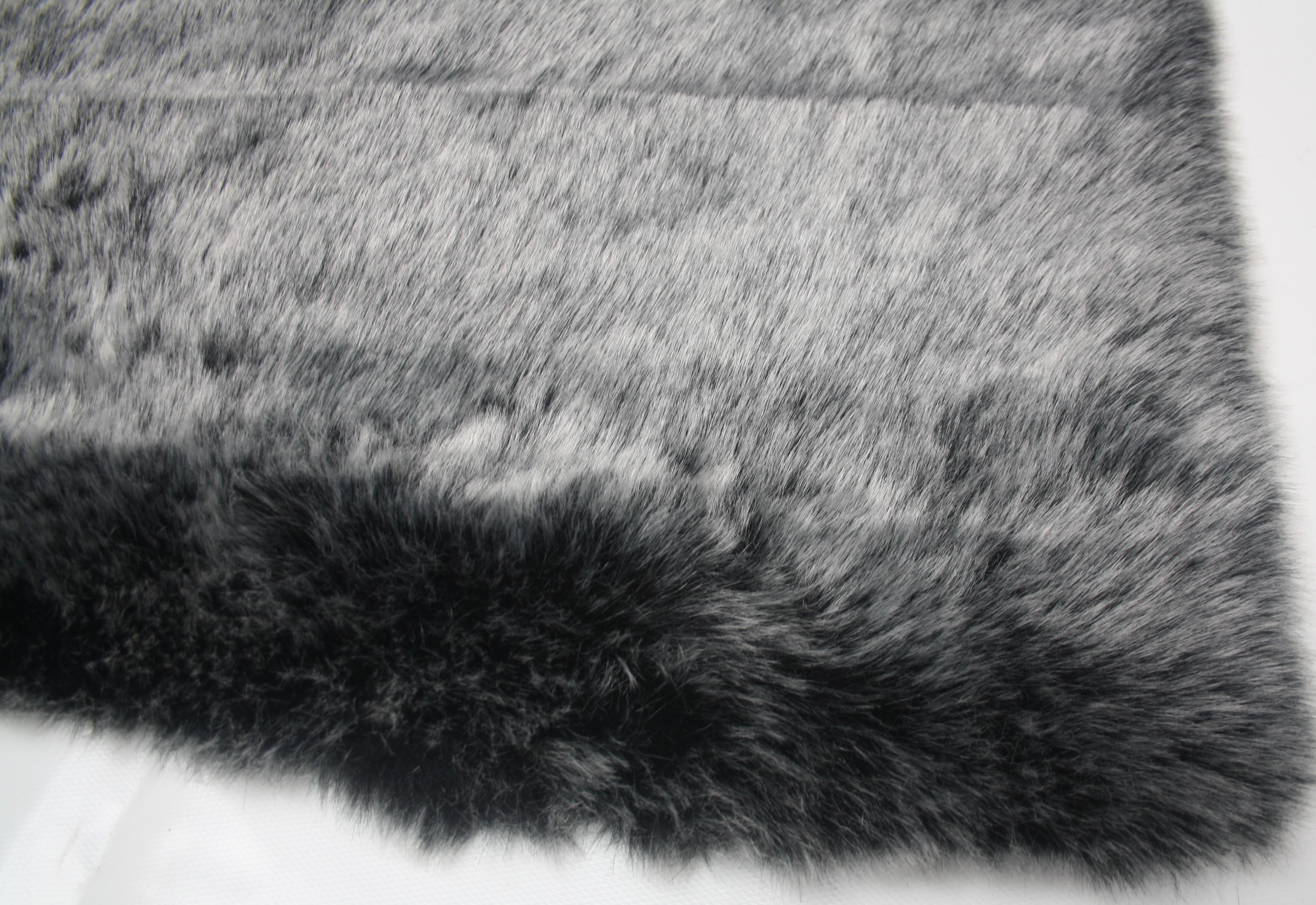 Hoogpolig karpet in de vorm van een schapenvacht en als rechthoek voor een warm gevoel tijdens de winter.