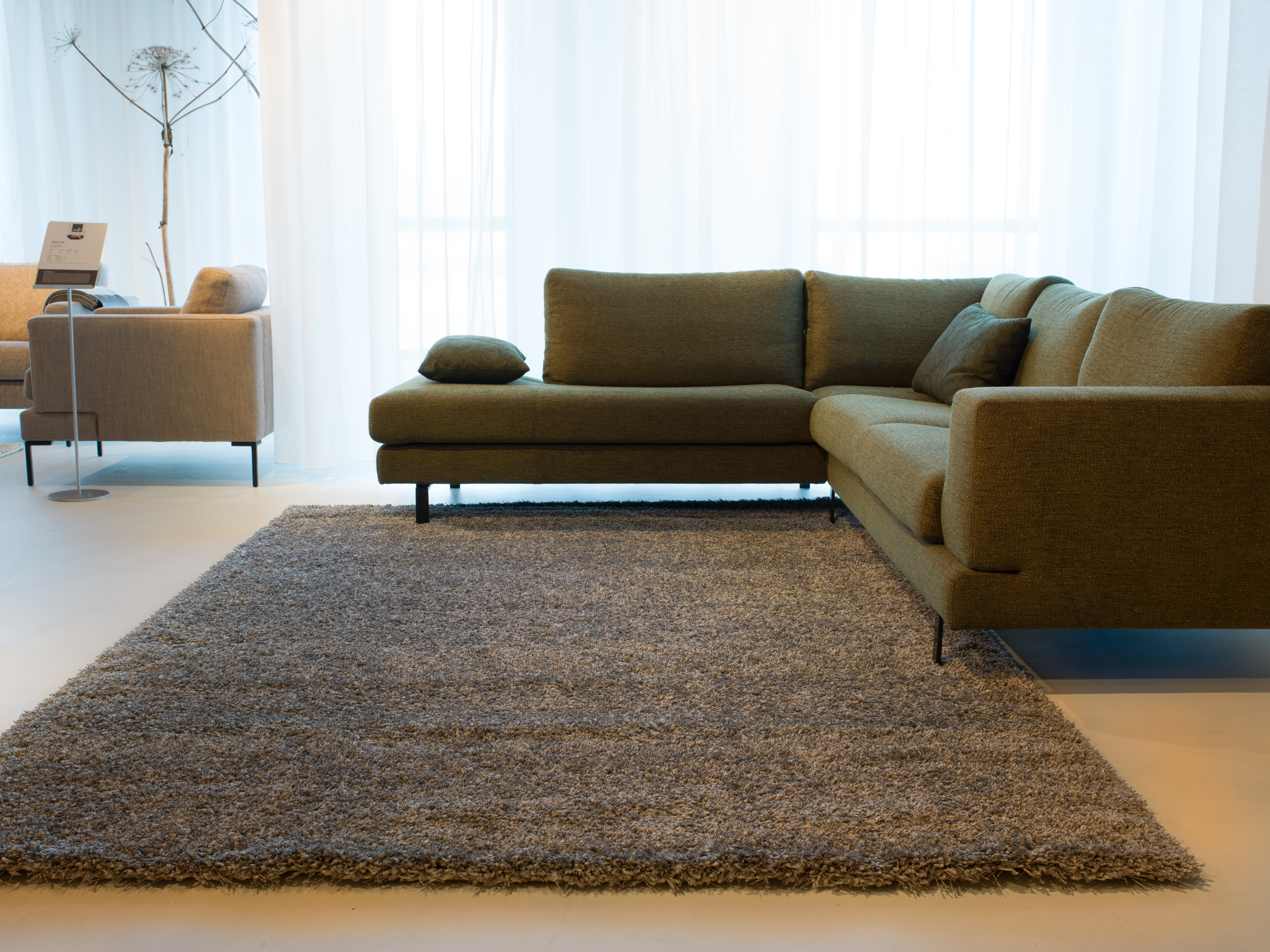 Machinal woven shaggy, available as a rectangular and round carpet.